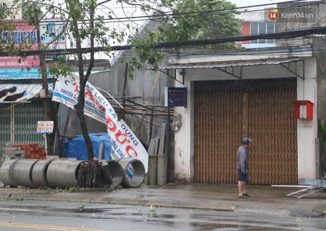 Bão số 9 giật cấp 15 áp sát đất liền: 2 người chết, 7 người bị thương ở Quảng Ngãi và Bình Định, hàng loạt ngôi nhà tốc mái - Ảnh 2.