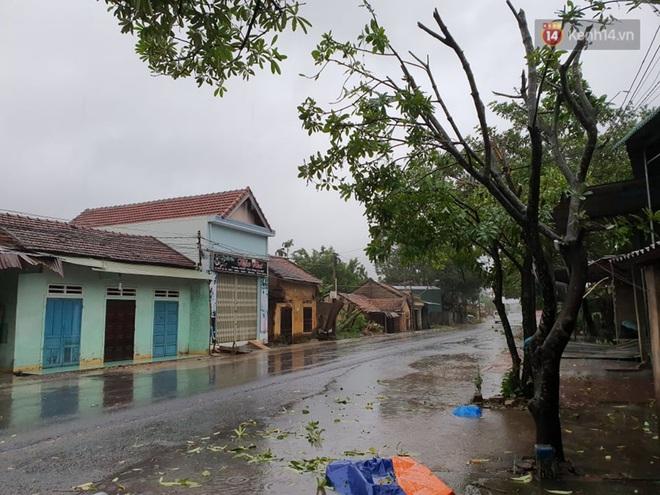 Bão số 9 áp sát miền Trung: Phong toả một phần Quốc lộ 1A khiến hàng trăm xe ùn tắc; Quảng Ngãi đã có nhà bị tốc mái - Ảnh 3.