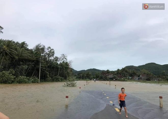 Sau khi bão số 9 càn quét, người dân đau xót nhìn khung cảnh tan hoang, tài sản bị nước lũ cuốn trôi - Ảnh 4.