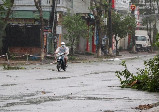 Bão số 9 giật cấp 15 áp sát đất liền: 2 người chết, 7 người bị thương ở Quảng Ngãi và Bình Định, hàng loạt ngôi nhà tốc mái - Ảnh 4.