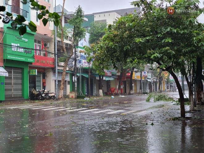 Bão số 9 sắp đổ bộ: Gió giật mạnh ở Quảng Ngãi, đã có nhà bị tốc mái; Hội An ngập sâu nhiều tuyến đường - Ảnh 5.