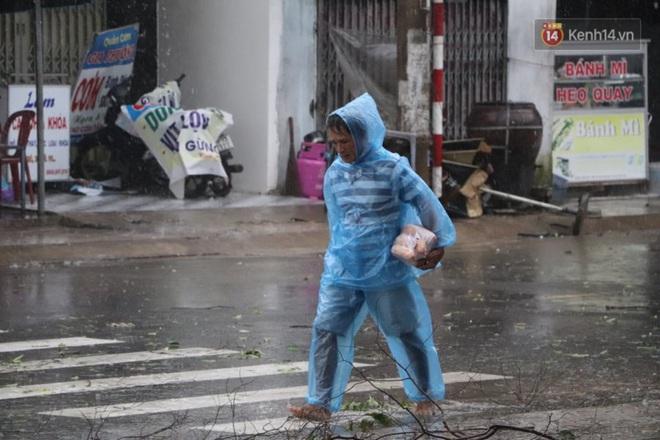 Bão số 9 sắp đổ bộ: Gió giật mạnh ở Quảng Ngãi, đã có nhà bị tốc mái; phong toả một phần Quốc lộ 1A khiến hàng trăm xe ùn tắc - Ảnh 7.