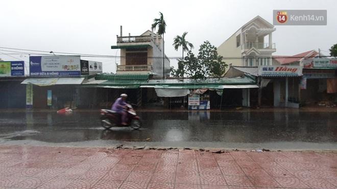 Bão số 9 áp sát miền Trung: Phong toả một phần Quốc lộ 1A khiến hàng trăm xe ùn tắc; Quảng Ngãi đã có nhà bị tốc mái - Ảnh 4.