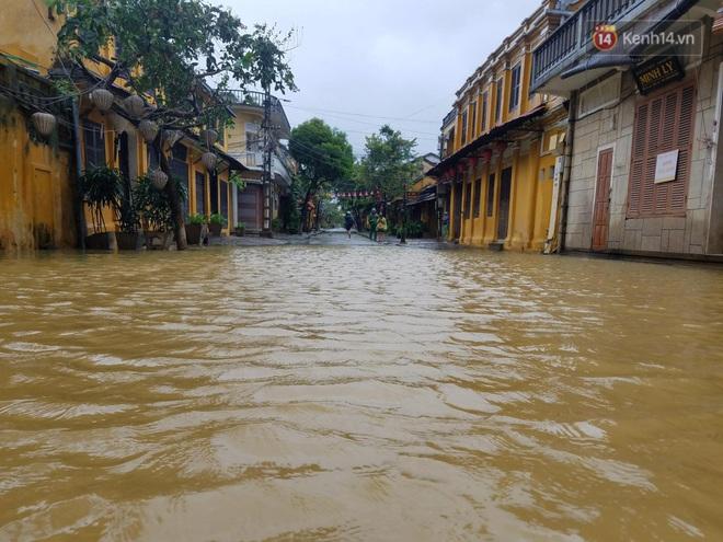 Bão số 9 sắp đổ bộ: Gió giật mạnh ở Quảng Ngãi, đã có nhà bị tốc mái; phong toả một phần Quốc lộ 1A khiến hàng trăm xe ùn tắc - Ảnh 3.