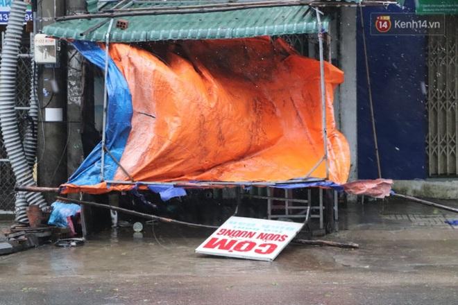 Bão số 9 sắp đổ bộ: Gió giật mạnh ở Quảng Ngãi, đã có nhà bị tốc mái; phong toả một phần Quốc lộ 1A khiến hàng trăm xe ùn tắc - Ảnh 8.