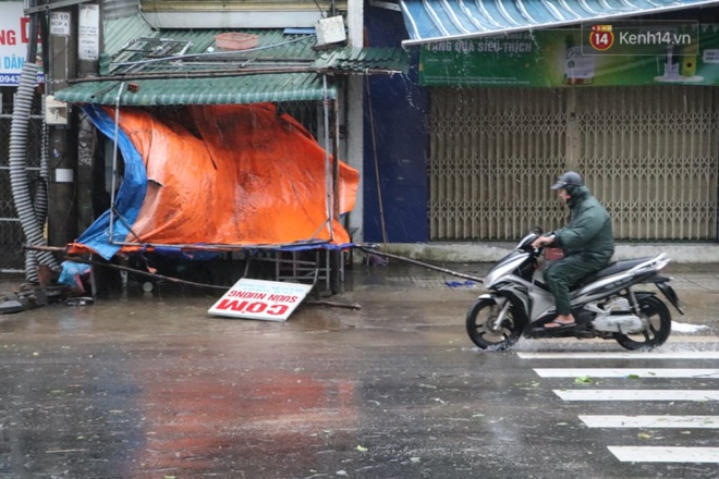 Bão số 9 sắp đổ bộ: Gió giật mạnh ở Quảng Ngãi, đã có nhà bị tốc mái; phong toả một phần Quốc lộ 1A khiến hàng trăm xe ùn tắc - Ảnh 9.