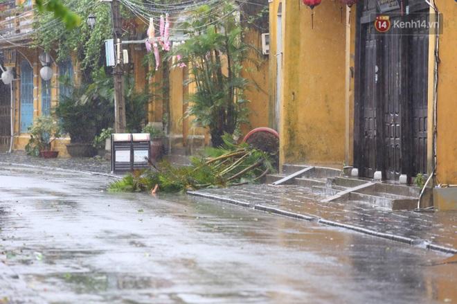 Bão số 9 sắp đổ bộ: Gió giật mạnh ở Quảng Ngãi, đã có nhà bị tốc mái; phong toả một phần Quốc lộ 1A khiến hàng trăm xe ùn tắc - Ảnh 4.