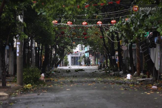 Bão số 9 sắp đổ bộ: Gió giật mạnh ở Quảng Ngãi, đã có nhà bị tốc mái; phong toả một phần Quốc lộ 1A khiến hàng trăm xe ùn tắc - Ảnh 2.