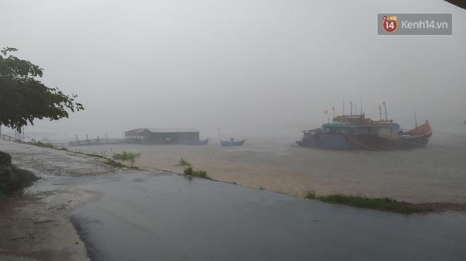 Bão số 9 sắp đổ bộ: Gió giật mạnh ở Quảng Ngãi, đã có nhà bị tốc mái; Hội An ngập sâu nhiều tuyến đường - Ảnh 6.