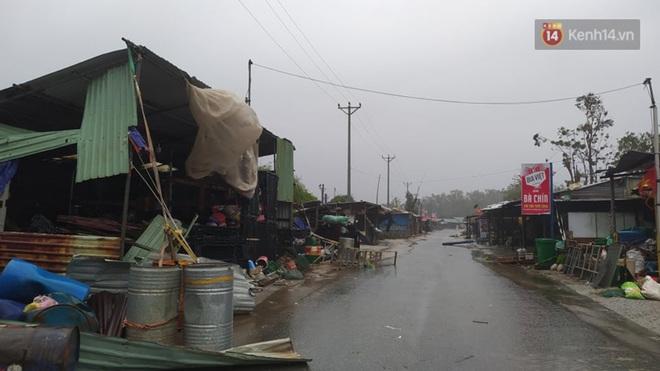 Bão số 9 sắp đổ bộ: Gió giật mạnh ở Quảng Ngãi, đã có nhà bị tốc mái; phong toả một phần Quốc lộ 1A khiến hàng trăm xe ùn tắc - Ảnh 6.