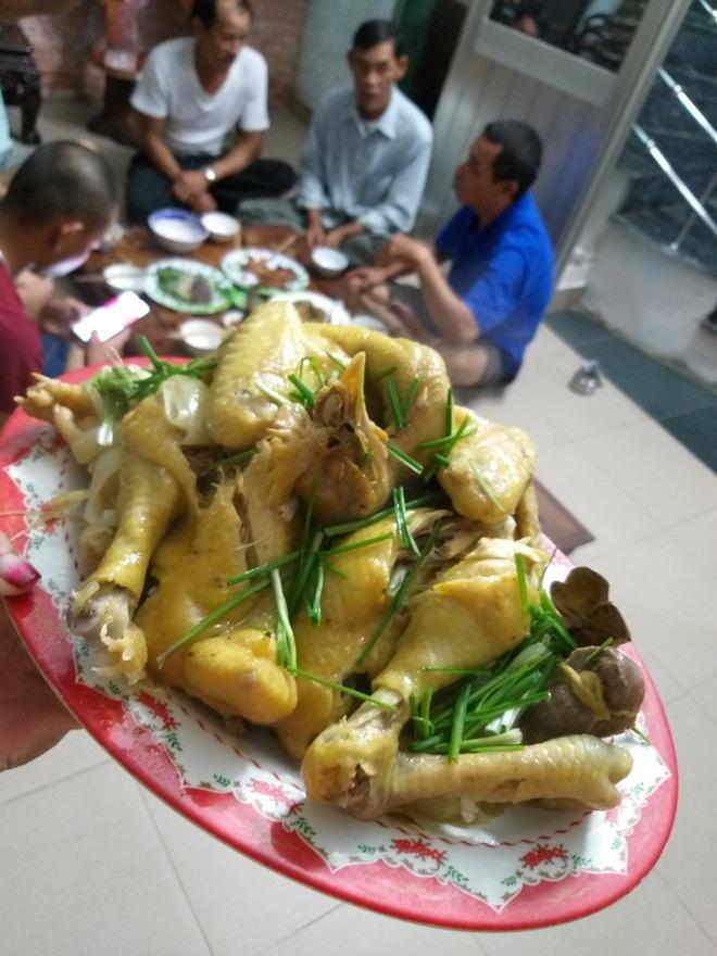 Quảng Nam: Người phụ nữ cho gần 20 bà con trú ẩn trước cơn bão số 9, còn chiêu đãi ăn uống thịnh soạn khiến ai cũng ấm lòng - ảnh 6