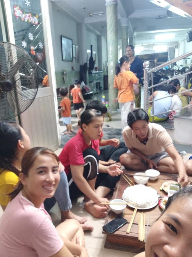 Quảng Nam: Người phụ nữ cho gần 20 bà con trú ẩn trước cơn bão số 9, còn chiêu đãi ăn uống thịnh soạn khiến ai cũng ấm lòng - ảnh 2