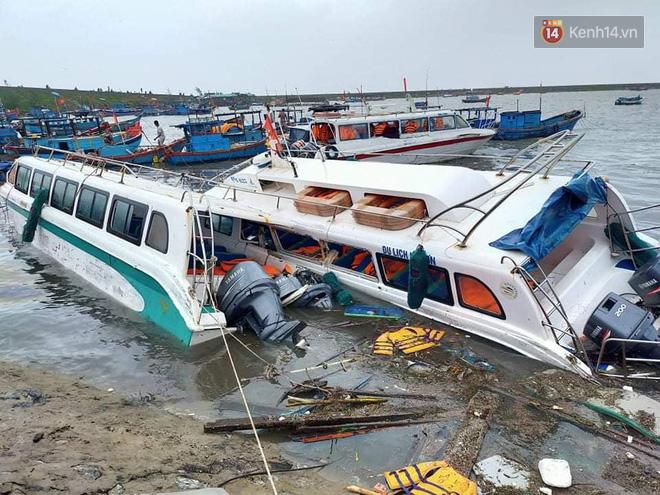Những hình ảnh đầu tiên tại đảo Lý Sơn khi bão số 9 đi qua: Mọi thứ đều tan hoang, người dân thất thần bên đống đổ nát - Ảnh 4.