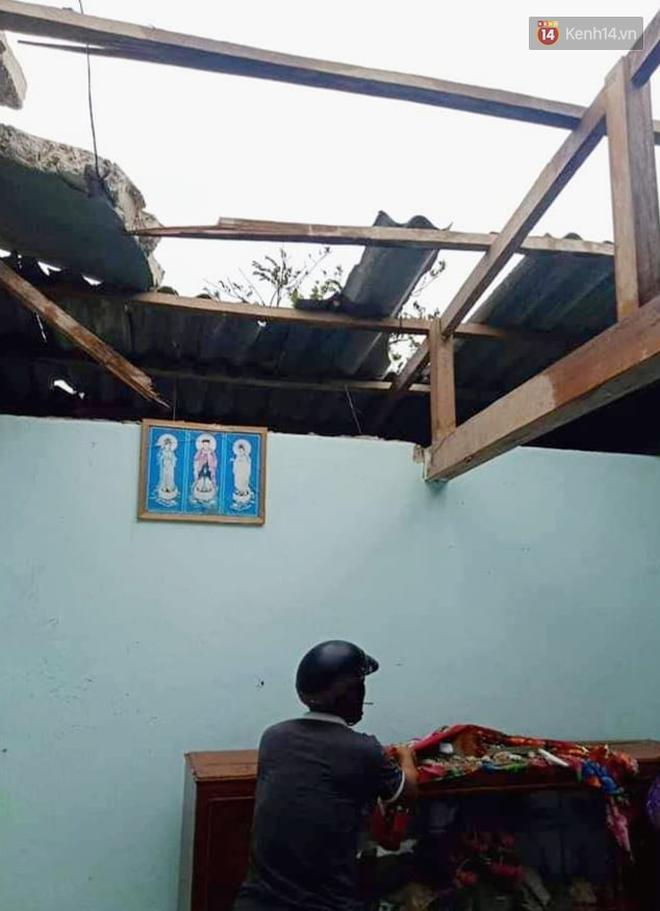 Những hình ảnh đầu tiên tại đảo Lý Sơn khi bão số 9 đi qua: Mọi thứ đều tan hoang, người dân thất thần bên đống đổ nát - Ảnh 2.