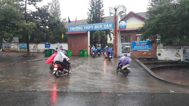 Bão số 9 sắp đổ bộ: Gió giật mạnh ở Quảng Ngãi, đã có nhà bị tốc mái; Hội An ngập sâu nhiều tuyến đường - Ảnh 1.