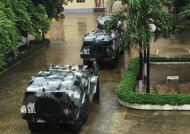 Bão số 9 giật cấp 15 áp sát đất liền: 2 người chết, 7 người bị thương ở Quảng Ngãi và Bình Định, hàng loạt ngôi nhà tốc mái - Ảnh 1.