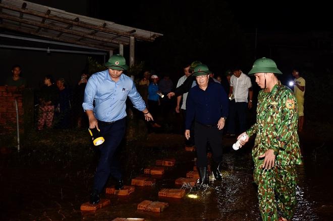 Bão số 9 đã suy yếu nhưng tình hình mưa lũ vẫn đang phức tạp, người dân Quảng Ngãi gồng mình chạy lũ - Ảnh 1.