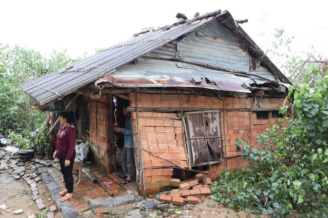 Hơn 84.000 ngôi nhà bị đổ sập, tốc mái khi bão số 9 đi qua tỉnh Quảng Ngãi - Ảnh 3.