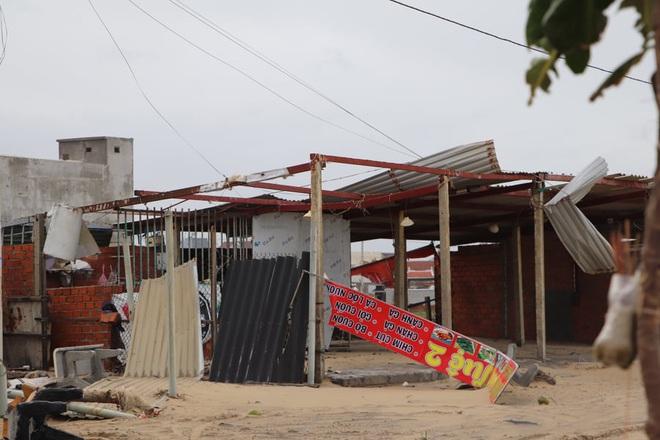Hơn 84.000 ngôi nhà bị đổ sập, tốc mái khi bão số 9 đi qua tỉnh Quảng Ngãi - Ảnh 1.
