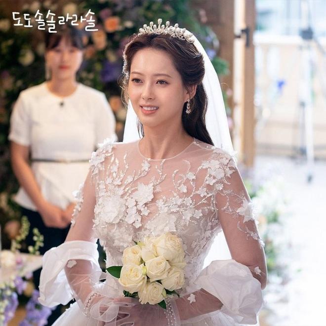 Đại chiến váy cưới của cô dâu màn ảnh Hàn: Seohyun chanh sả nhưng có đọ được với Moon Chae Won, Go Ara? - Ảnh 2.
