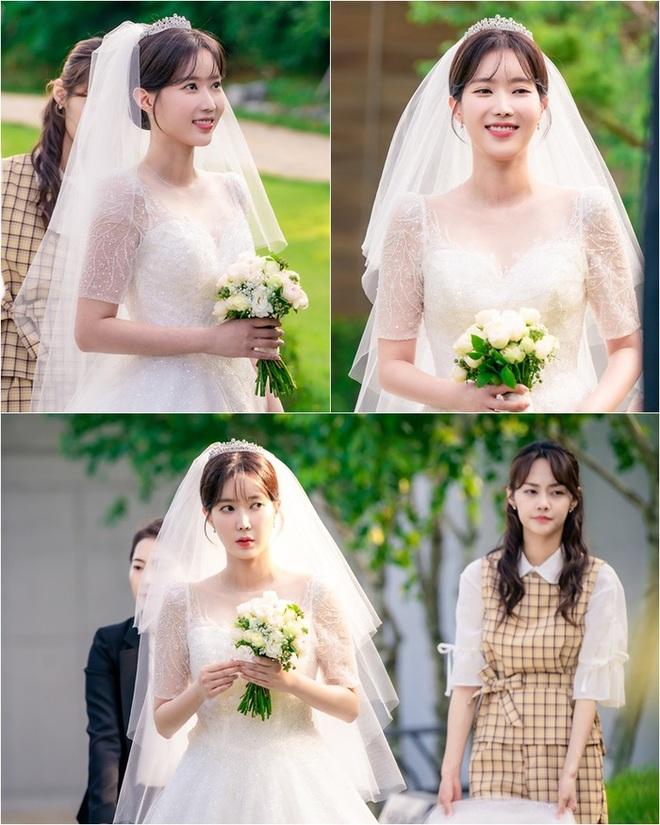 Đại chiến váy cưới của cô dâu màn ảnh Hàn: Seohyun chanh sả nhưng có đọ được với Moon Chae Won, Go Ara? - Ảnh 4.