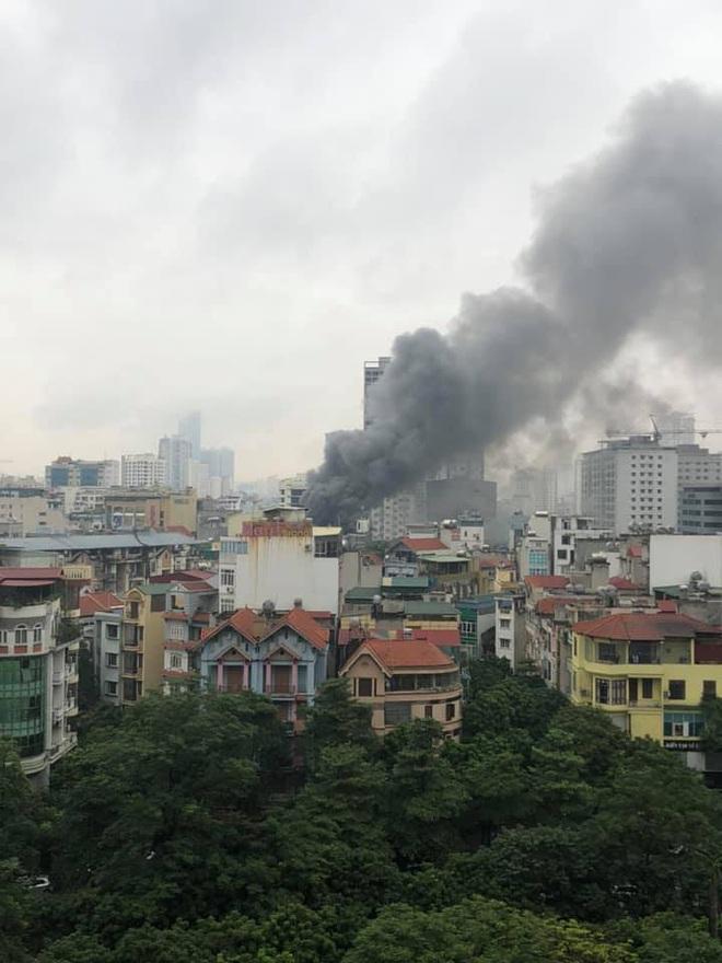 Hà Nội: Cháy lớn tại quán lẩu nổi tiếng trên phố Dịch Vọng Hậu, cột khói bốc cao hàng chục mét - ảnh 2