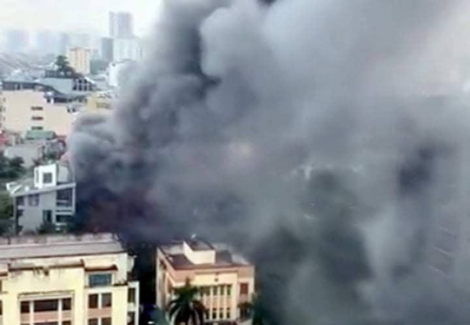 Hà Nội: Cháy lớn tại quán lẩu nổi tiếng trên phố Dịch Vọng Hậu, cột khói bốc cao hàng chục mét - ảnh 3
