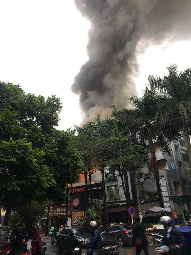 Hà Nội: Cháy lớn tại quán lẩu nổi tiếng trên phố Dịch Vọng Hậu, cột khói bốc cao hàng chục mét - ảnh 1