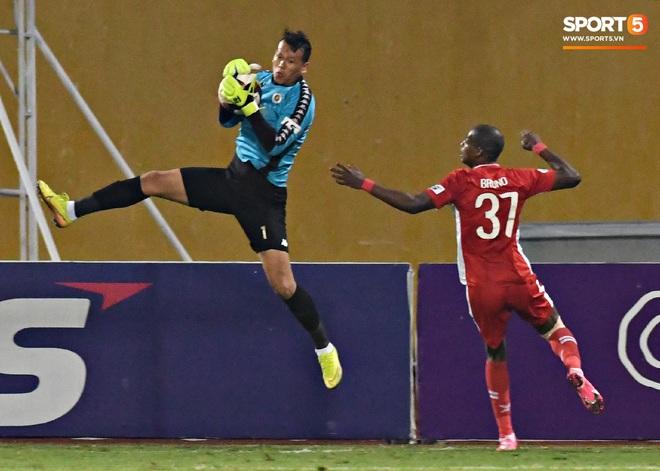 Quang Hải biểu diễn kỹ năng đỡ bóng không cần nhìn cực điệu nghệ, đi bóng khiến hàng thủ Viettel FC hỗn loạn - ảnh 13