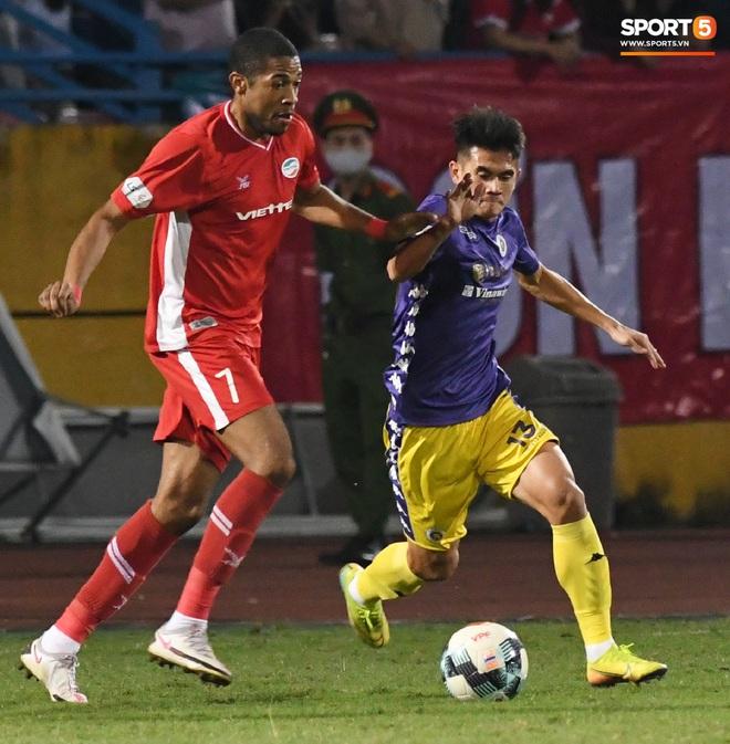 Quang Hải biểu diễn kỹ năng đỡ bóng không cần nhìn cực điệu nghệ, đi bóng khiến hàng thủ Viettel FC hỗn loạn - ảnh 12