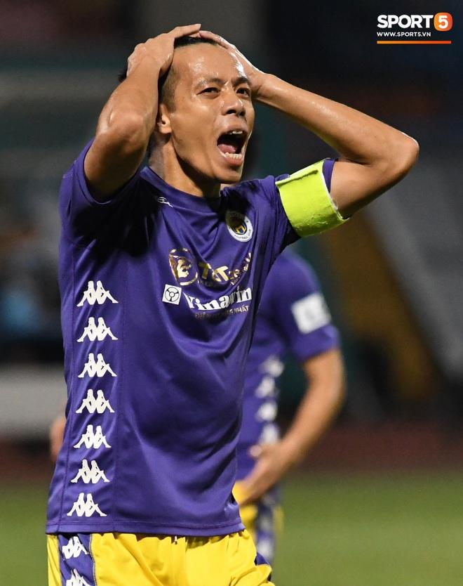 Quang Hải biểu diễn kỹ năng đỡ bóng không cần nhìn cực điệu nghệ, đi bóng khiến hàng thủ Viettel FC hỗn loạn - ảnh 10