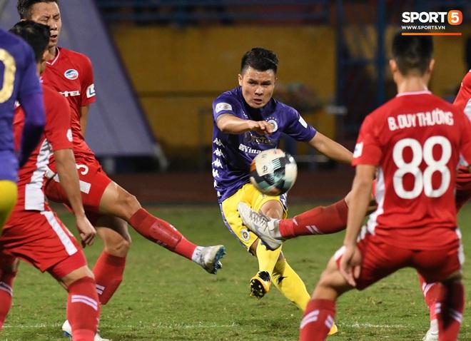 Quang Hải biểu diễn kỹ năng đỡ bóng không cần nhìn cực điệu nghệ, đi bóng khiến hàng thủ Viettel FC hỗn loạn - ảnh 7