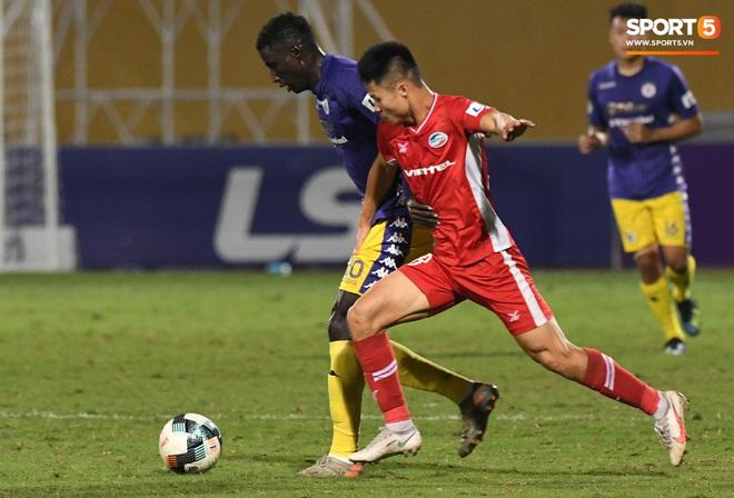 Quang Hải biểu diễn kỹ năng đỡ bóng không cần nhìn cực điệu nghệ, đi bóng khiến hàng thủ Viettel FC hỗn loạn - ảnh 8