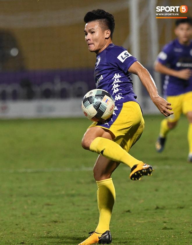 Quang Hải biểu diễn kỹ năng đỡ bóng không cần nhìn cực điệu nghệ, đi bóng khiến hàng thủ Viettel FC hỗn loạn - ảnh 3