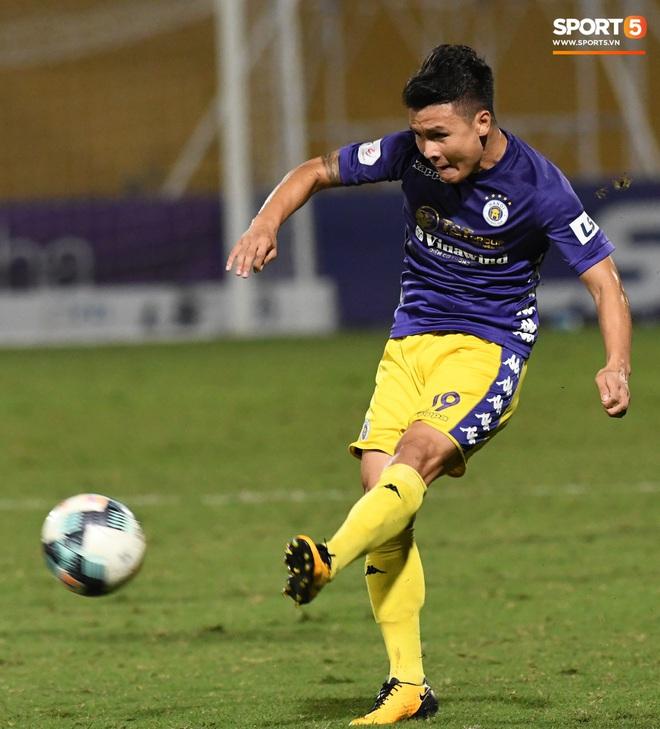 Quang Hải biểu diễn kỹ năng đỡ bóng không cần nhìn cực điệu nghệ, đi bóng khiến hàng thủ Viettel FC hỗn loạn - ảnh 4
