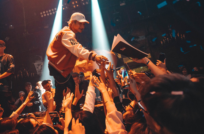 Fan Hà Nội đội mưa gió để xếp hàng dài nghe 16 Typh on the mic, học trò HLV Binz bất ngờ được cổ vũ nhiệt tình như ngôi sao! - ảnh 6