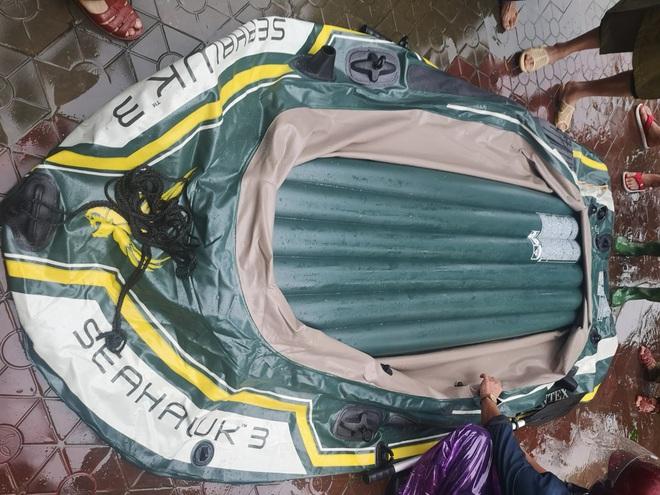 Không mượn được thuyền của lực lượng cứu hộ, người đàn ông vác dao đâm thủng - ảnh 2
