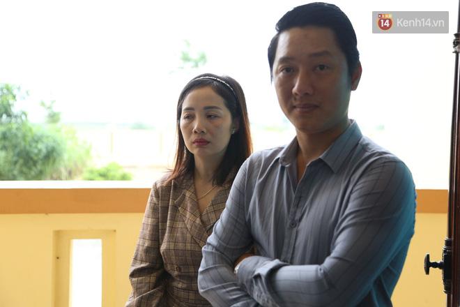 """Xét xử vụ """"mẹ mìn"""" bắt cóc bé trai 2 tuổi ở Bắc Ninh: Bố mẹ cháu bé đến tòa từ sớm, mong muốn đối tượng bị xét xử nghiêm khắc - ảnh 1"""