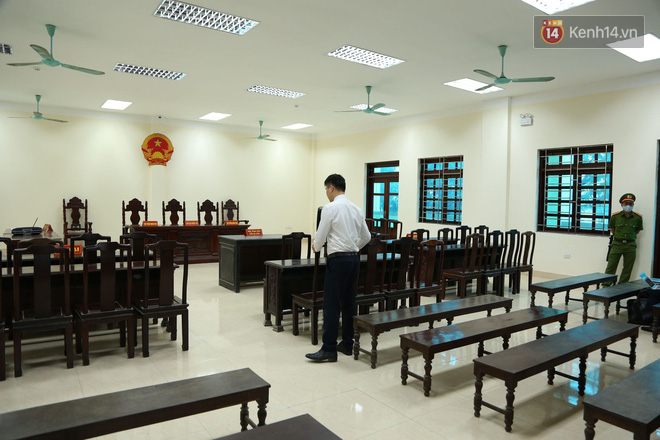 """Xét xử vụ """"mẹ mìn"""" bắt cóc bé trai 2 tuổi ở Bắc Ninh: Bố mẹ cháu bé đến tòa từ sớm, mong muốn đối tượng bị xét xử nghiêm khắc - ảnh 2"""