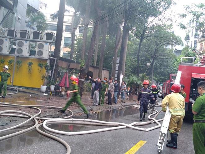 Hà Nội: Cháy lớn tại quán lẩu nổi tiếng trên phố Dịch Vọng Hậu, cột khói bốc cao hàng chục mét - ảnh 4