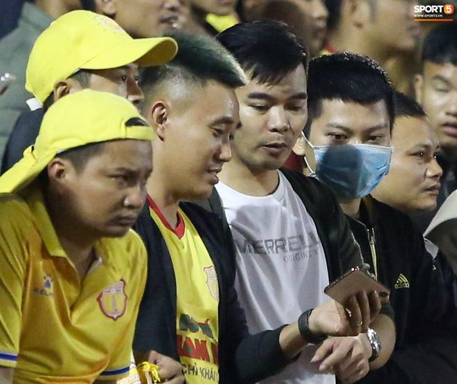 Sống trong 10 phút cuối nghẹt thở, fan khóc nức nở khi Nam Định được ở lại V.League - ảnh 3