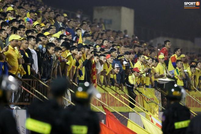 Sống trong 10 phút cuối nghẹt thở, fan khóc nức nở khi Nam Định được ở lại V.League - ảnh 1