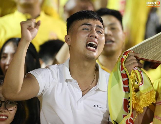 Sống trong 10 phút cuối nghẹt thở, fan khóc nức nở khi Nam Định được ở lại V.League - ảnh 7