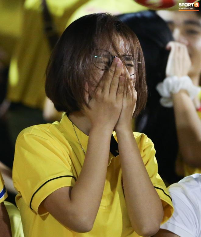 Sống trong 10 phút cuối nghẹt thở, fan khóc nức nở khi Nam Định được ở lại V.League - ảnh 6