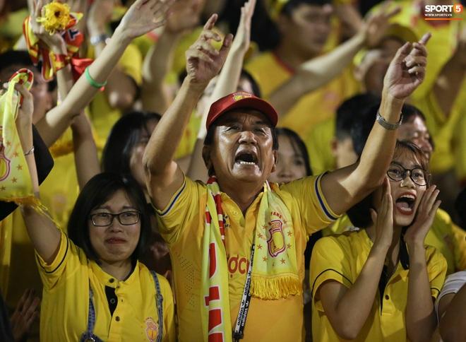 Sống trong 10 phút cuối nghẹt thở, fan khóc nức nở khi Nam Định được ở lại V.League - ảnh 5
