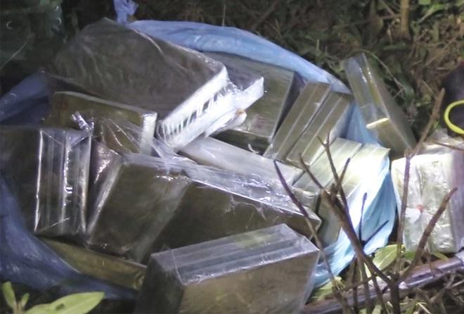 Bị công an truy bắt, các đối tượng dùng súng chống trả, vứt ba lô chứa 30 bánh heroin rồi bỏ trốn - ảnh 2
