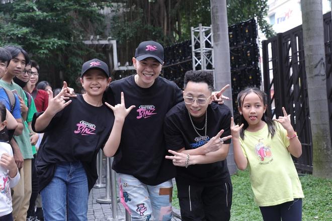 Binz và Rhymastic quên bài khi diễn bài chủ đề Rap Việt, đang trôi flow ngon lành bỗng không nhớ lời đành... cười trừ - ảnh 5