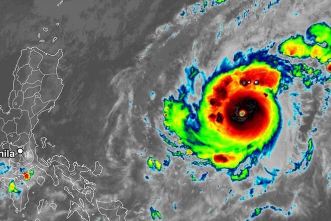 Siêu bão Goni mạnh cấp 17 đang tiến nhanh vào Biển Đông, tâm lại hướng đến vùng biển miền Trung - ảnh 1