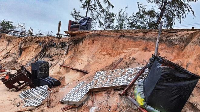 Bão tan lũ rút, bờ biển Thừa Thiên Huế tan hoang chưa từng thấy - ảnh 1