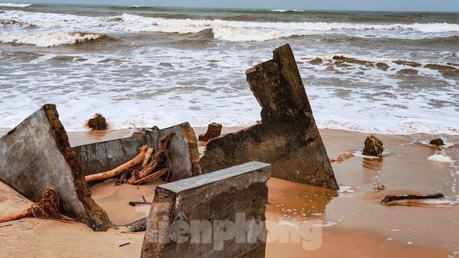 Bão tan lũ rút, bờ biển Thừa Thiên Huế tan hoang chưa từng thấy - ảnh 12